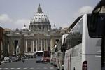 A la Plaza de San Pedro de Roma a pie, no en bus